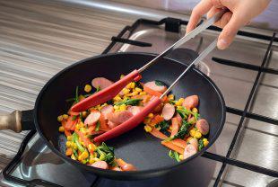 フライパンでの炒めものにこだわった専用トング「炒めトング」発売