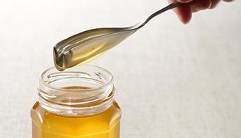 たっぷりすくえてピタッと蜜切れ! くるりとハチミツスプーン発売